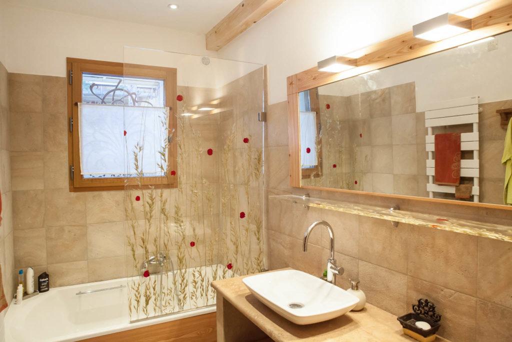 Comment réaménager convenablement une salle de bain étroite ?